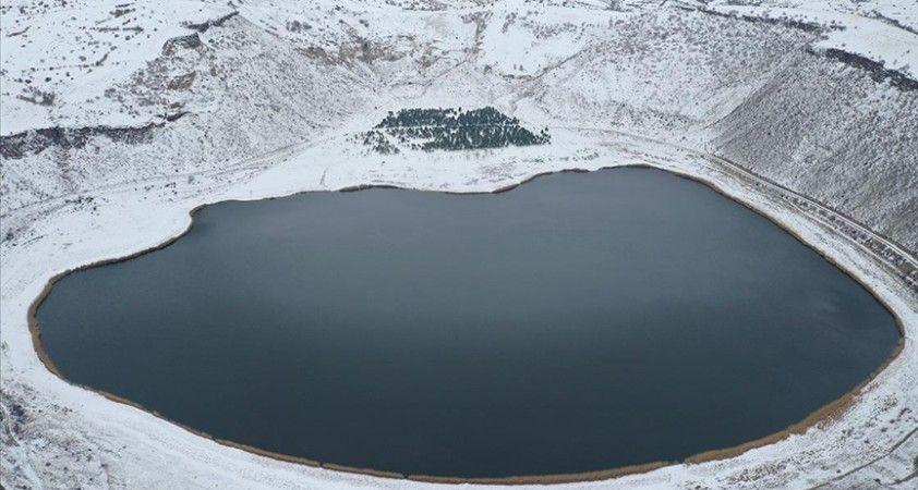 Aksaray'daki Narlıgöl, karlı görüntüsüyle ziyaretçilerine güzellik sunuyor