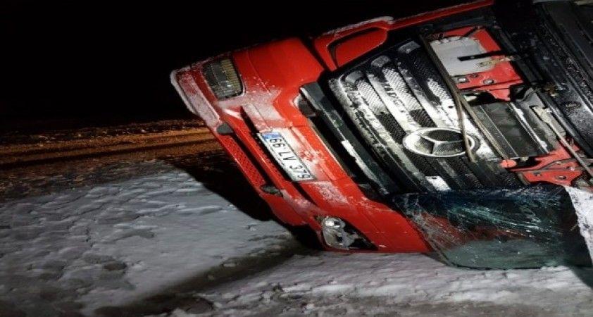 Sürücüsünün direksiyon hakimiyetini kaybettiği tır devrildi: 1 ölü