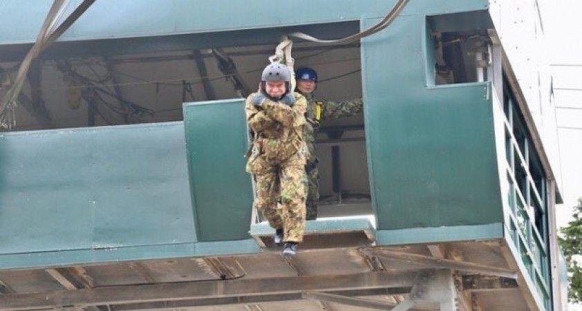 Japon Savunma Bakanı Kono, 11 metre yükseklikten atladı