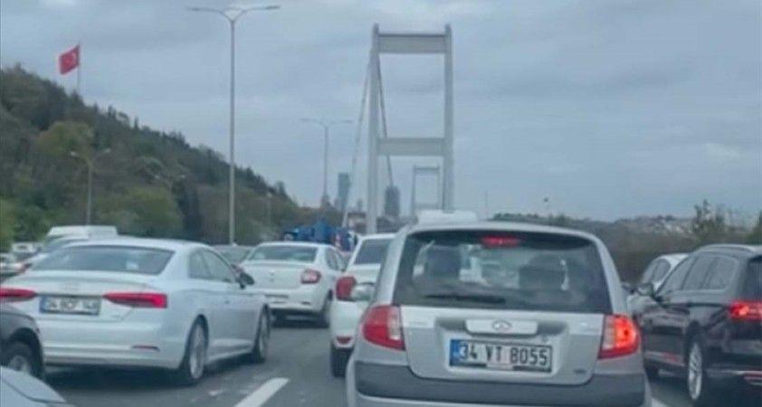 FSM Köprüsü'nün girişinde meydana gelen kaza trafikte yoğunluğa neden oldu