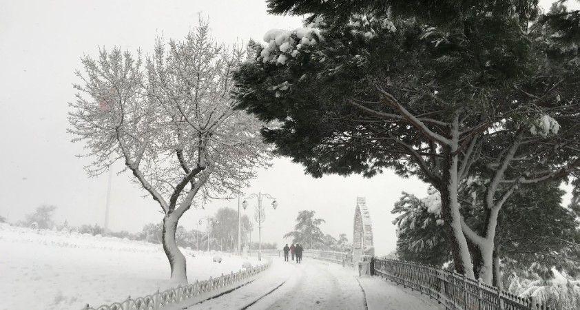 İstanbul'da kar etkisini artırdı, Çamlıca Tepesi'nde kar kalınlığı 20 santime ulaştı