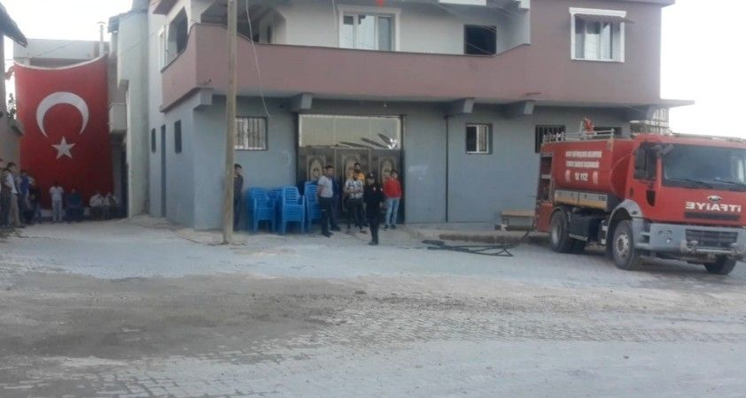Hataylı şehidin evine dev Türk bayrağı asıldı