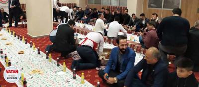 Gazeteciler sıra gecesinde çiğ köfte ziyafeti çekti